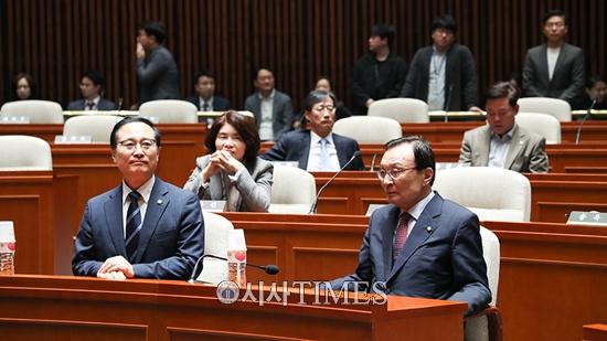 """한국당 """"온 몸으로 패스트트랙 저지할 것""""-민주당 """"한국당 불법·폭력행위 용납 안돼"""""""
