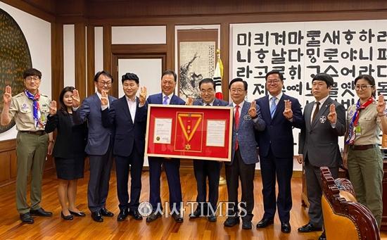 강태선 한국스카우트연맹 총재, 문희상 국회의장에게 '무궁화 금장' 수여