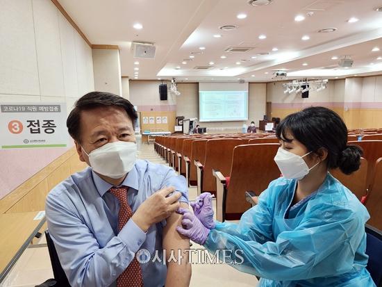 고신대복음병원, 최영식 병원장 1호 접종으로 AZ 백신 접종 시작